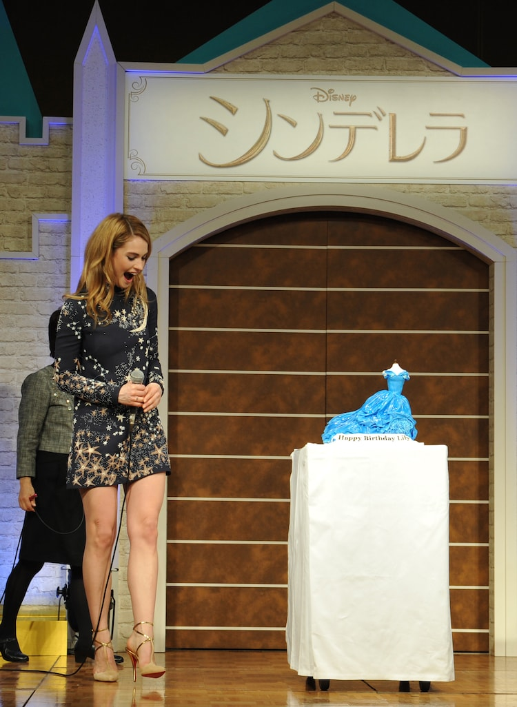 サプライズプレゼントのケーキに喜ぶリリー・ジェームズ。