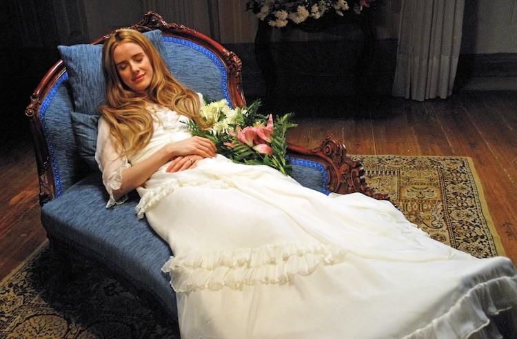 横たわる女性を捉えた「アンジェリカ(仮題)」のワンシーン。(画像提供:クレストインターナショナル)
