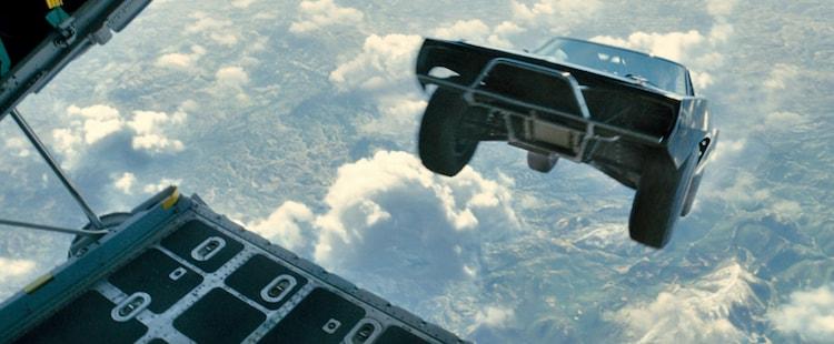 「ワイルド・スピード SKY MISSION」より、空中ドライブが始まる瞬間のワンシーン。(c)2014 Universal Pictures