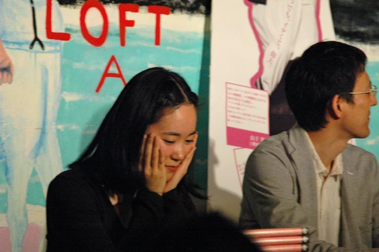 寸劇中、切田が歌い出したときに笑いを堪える中村朝佳。