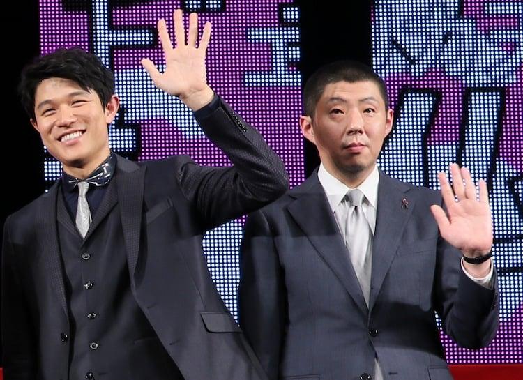 左から鈴木亮平、荒川良々。(c)2015 映画「予告犯」製作委員会 (c)筒井哲也/集英社