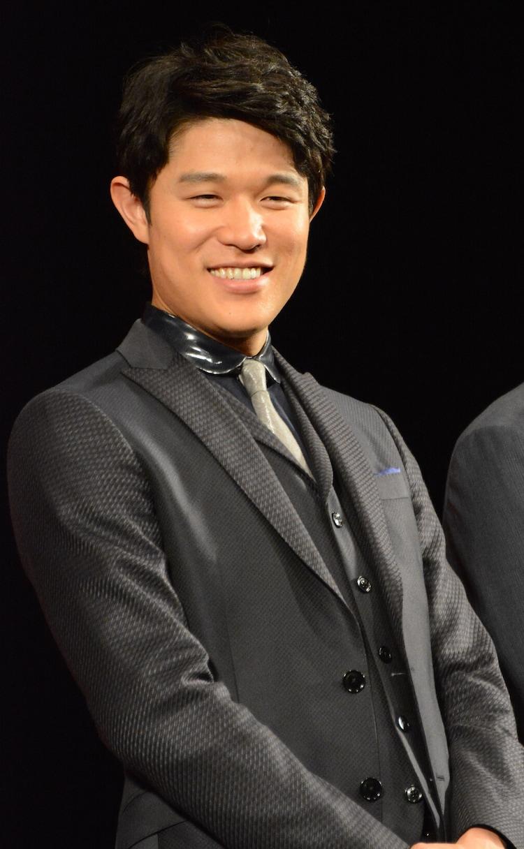 """""""シンブンシ""""のメンバー、カンサイを演じた鈴木亮平。"""
