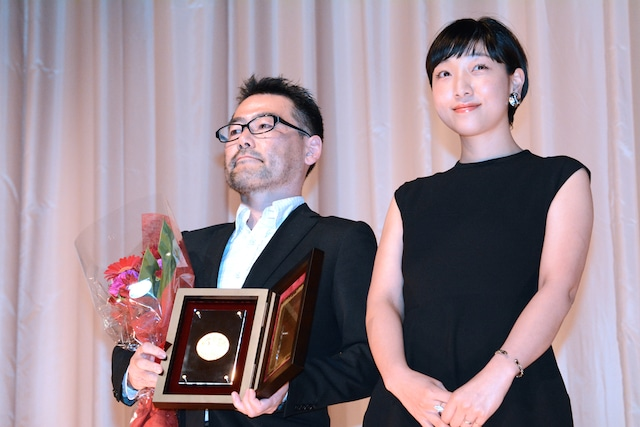 「百円の恋」監督の武正晴と主演の安藤サクラ。