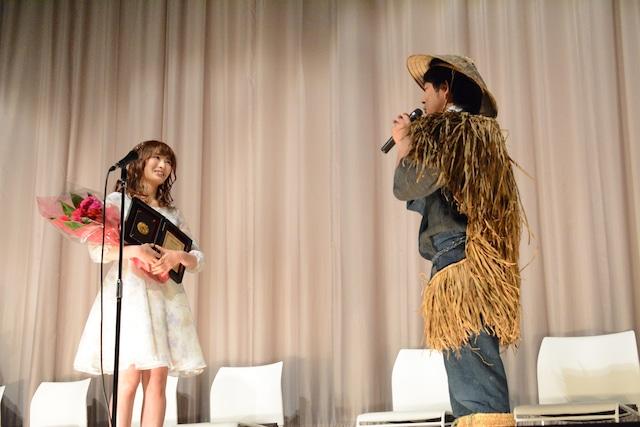気合の入った衣装で登場した、監督の蔦晢一郎。