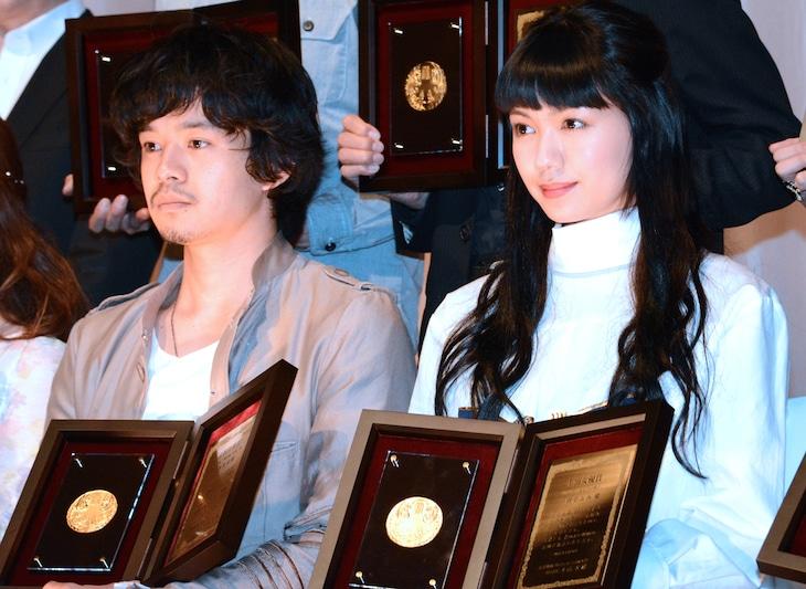 第24回日本映画プロフェッショナル大賞授賞式にて、左から池松壮亮、二階堂ふみ。
