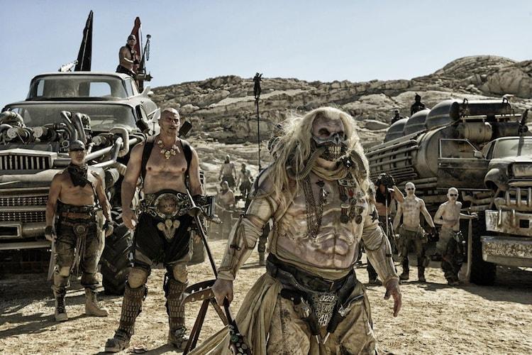「マッドマックス 怒りのデス・ロード」より、一番手前がイモータン・ジョー。(c)2015 VILLAGE ROADSHOW FILMS (BVI) LIMITED