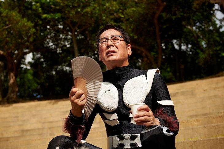 「天の茶助」より、スーツアクター姿の大杉漣。(c)2015「天の茶助」製作委員会
