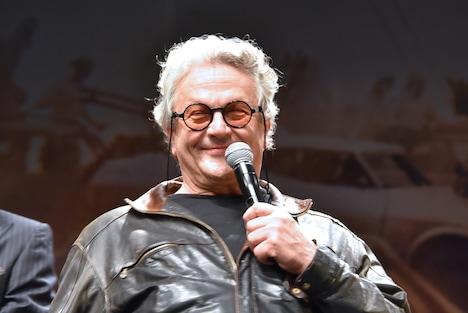 満面の笑みを浮かべる監督のジョージ・ミラー。
