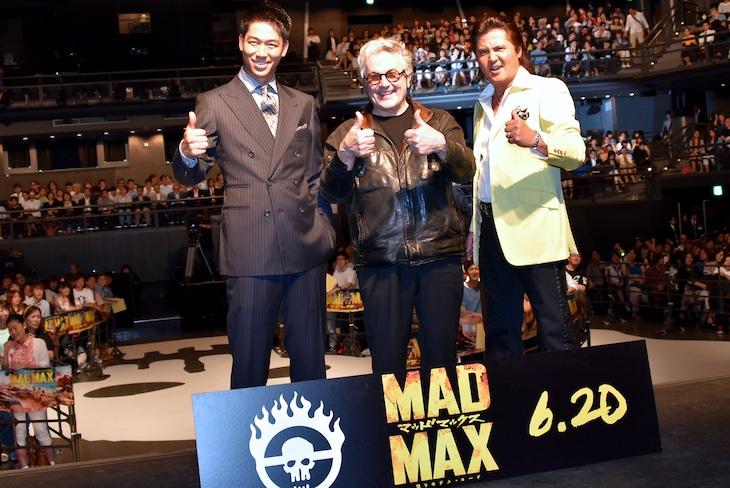 「マッドマックス 怒りのデス・ロード」のジャパンプレミアにて、左からAKIRA、ジョージ・ミラー、竹内力。