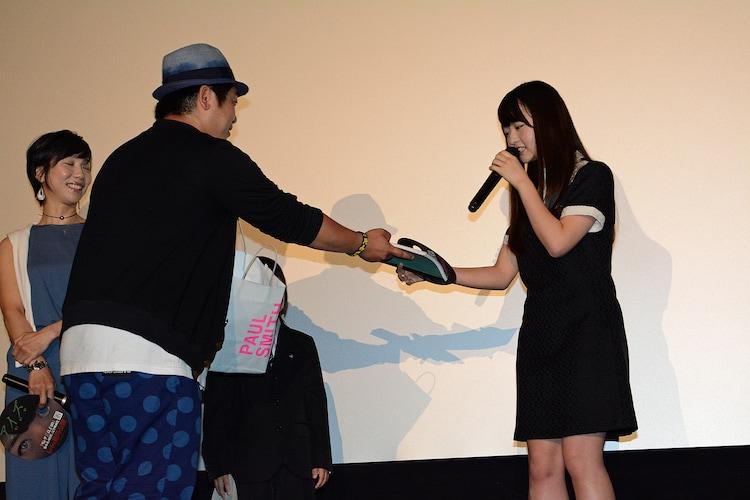 最後に福田陽平から製本された台本をプレゼントされた伊藤万理華。撮影中はホチキスで留めた台本を使っていたという。