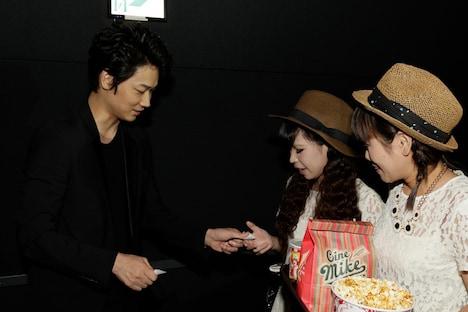 「新宿スワン」大ヒット御礼舞台にて、チケットもぎりをする綾野剛。