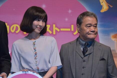 左から麻生久美子、西田敏行。