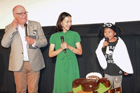 「こんにちはー!」と元気にあいさつする加藤憲史郎くんと、笑顔で見守るリチャード・スターザックと木村佳乃。