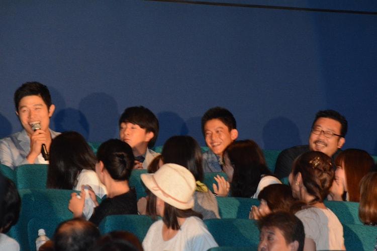 「予告犯」の大ヒット記念舞台挨拶にて、客席から登場したキャストたち。