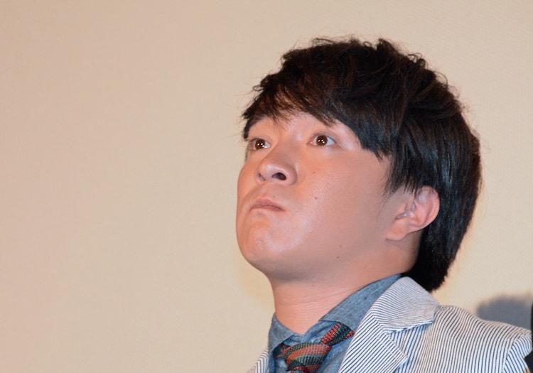 作品を観終え、目に涙を浮かべる濱田岳。