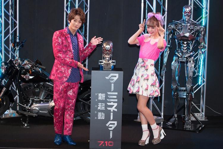 レッドカーペットイベントに登場した大倉士門(左)と藤田ニコル(右)。