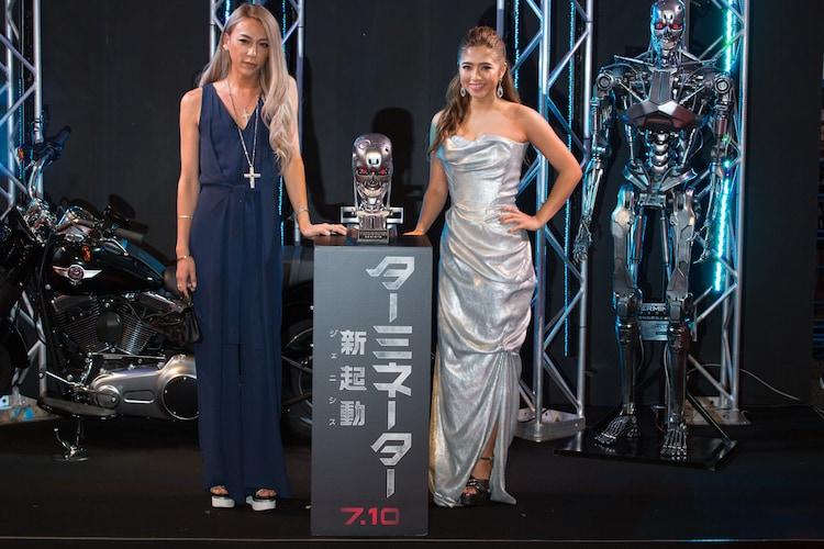 レッドカーペットイベントに登場したGENKING(左)と今井華(右)。