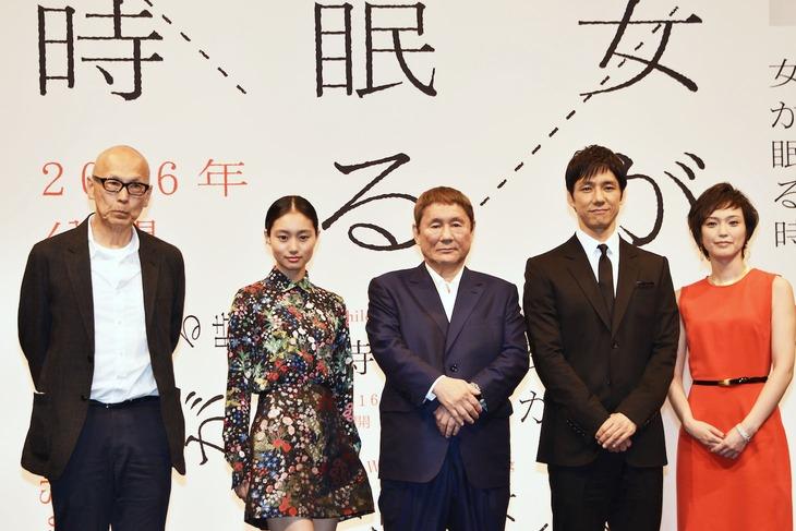 「女が眠る時」製作発表会見の様子。左からウェイン・ワン、忽那汐里、ビートたけし、西島秀俊、小山田サユリ。
