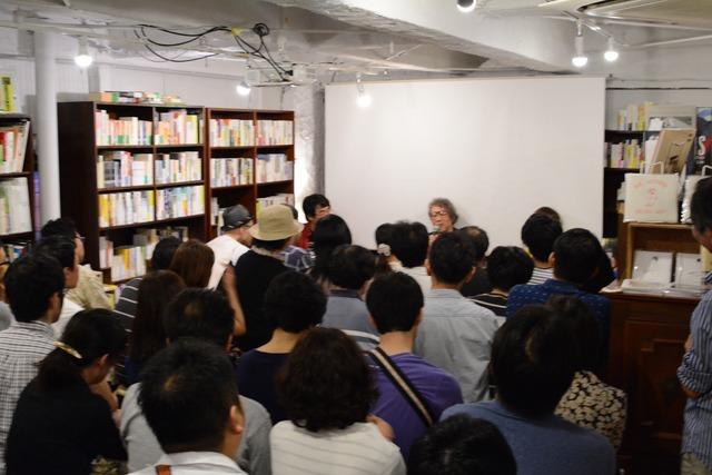 店内に満員の観客が集まった。