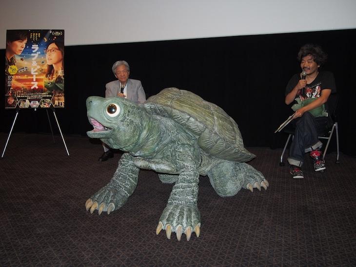"""「ラブ&ピース」トークイベントにて、左からゲストの田原総一朗、劇中に登場するカメの""""ラブちゃん""""、監督の園子温。"""
