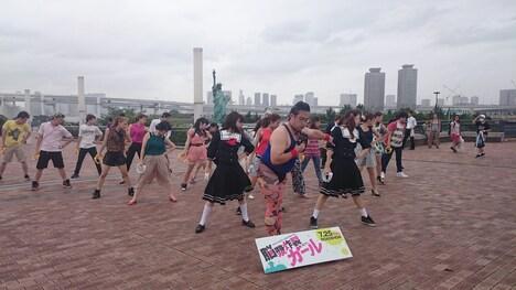 東京・お台場の公園でフラッシュモブを行うGONZOとタンバリン集団。