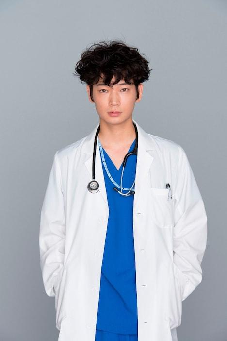 産婦人科医と天才ピアニストの2つの顔を持つ男、鴻鳥サクラ役の綾野剛。(c)TBS
