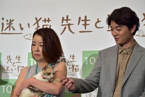 三毛猫ドロップの興味をひこうとする染谷将太。