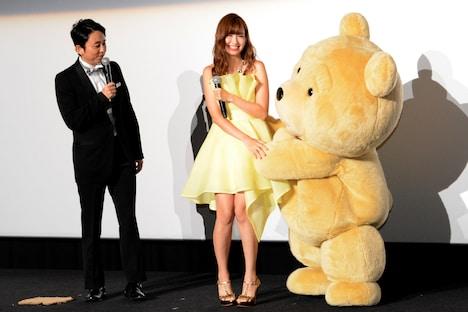 テッドから小嶋陽菜(中央)へのセクハラを見つめる有吉弘行(左端)。