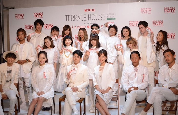「TERRACE HOUSE BOYS & GIRLS IN THE CITY」第1話の先行上映イベントに集まった「テラスハウス」歴代メンバー。