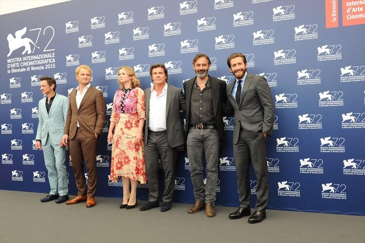 第72回ヴェネツィア国際映画祭の「エベレスト3D」ワールドプレミアの模様。左からジョン・ホークス、ジェイソン・クラーク、エミリー・ワトソン、ジョシュ・ブローリン、バルタザール・コルマウクル、ジェイク・ギレンホール。(c)2015 Universal Studios.