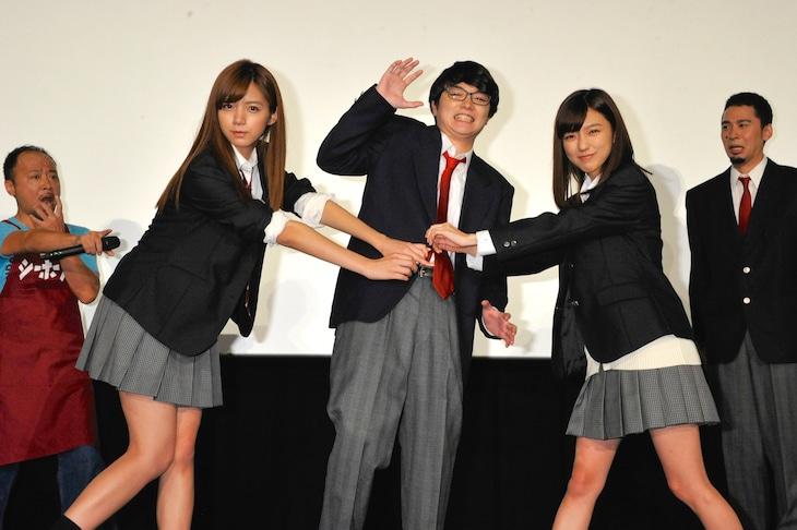 「映画 みんな!エスパーだよ!」公開記念舞台挨拶で、染谷将太のボタンをちぎる真野恵里菜と池田エライザ。