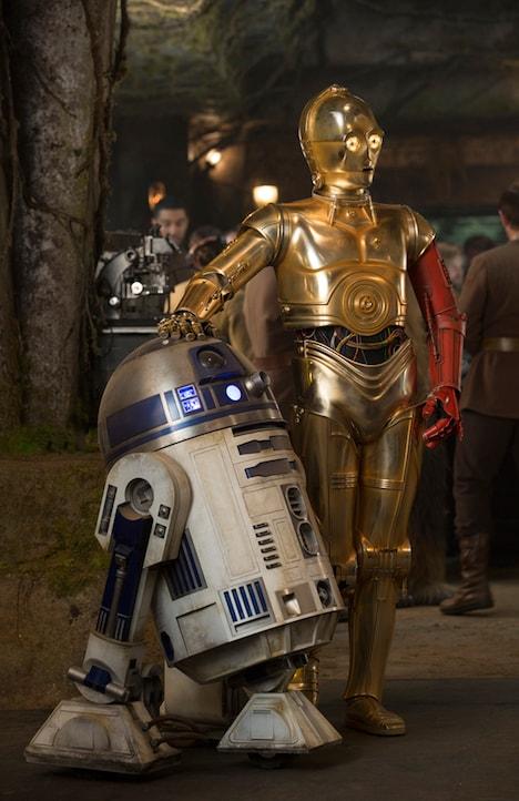 「スター・ウォーズ/フォースの覚醒」より、左からR2-D2、C-3PO (c)2015 Lucasfilm Ltd. & TM. All Rights Reserved