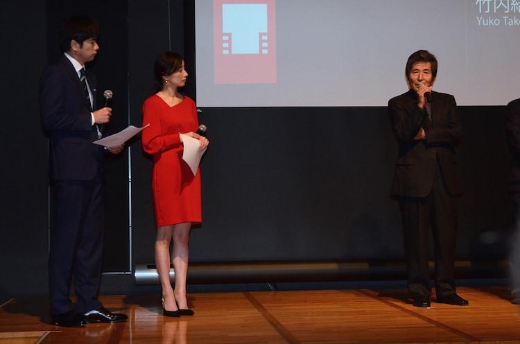 自作について語る小栗康平(右)と、その言葉に耳を傾ける羽鳥慎一(左)と西尾由佳理(中)。