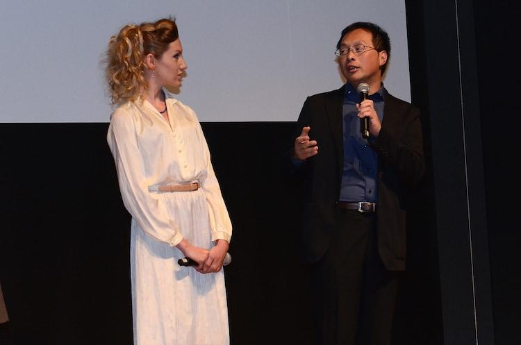 撮影時を振り返る深田晃司(右)とブライアリー・ロング(左)。