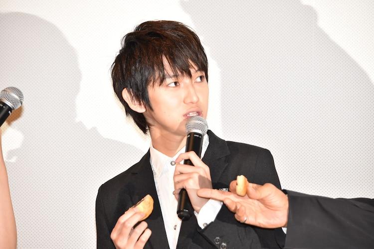 阿藤快に和菓子が苦手なことを指摘される本郷奏多。