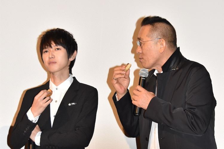 もみじ饅頭を味わう本郷奏多(左)と、「本当に食べたの!?」と驚く阿藤快(右)。