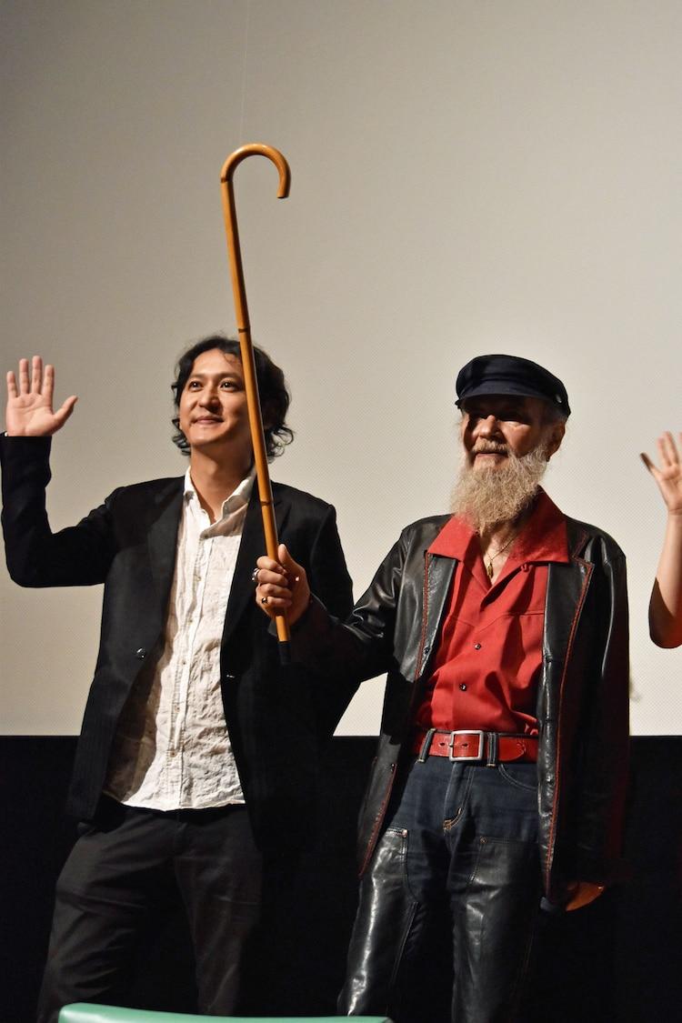 監督の時川英之(左)と、本作のスタッフに用意してもらってからその後も使っているというステッキを振るミッキー・カーチス(右)。