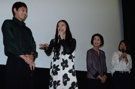 笑顔で撮影時のエピソードを語る趣里(中央左)。