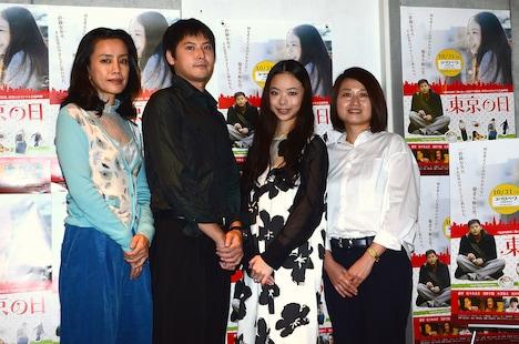 完成披露試写会後に行われた記者会見の様子。左から渡辺真起子、佐々木大介、趣里、池田千尋。