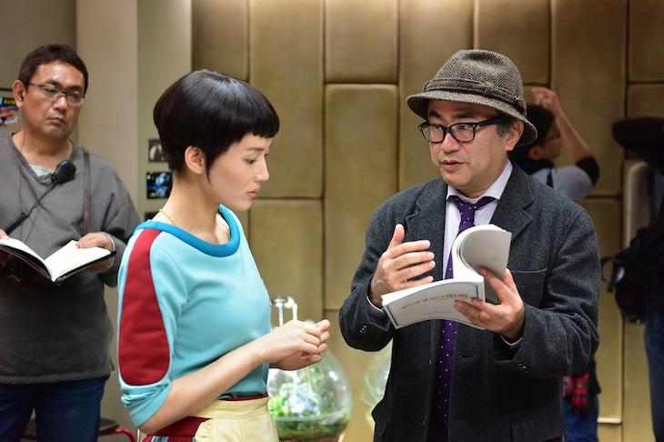 「ギャラクシー街道」撮影中の三谷幸喜(右)、綾瀬はるか(左)。(c)2015フジテレビ / 東宝