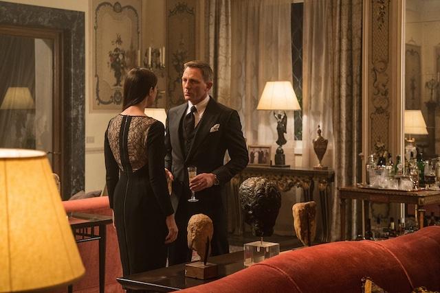 「007 スペクター」より、モニカ・ベルッチ演じるルチア・スキアラ(左)と、ダニエル・クレイグ演じるジェームズ・ボンド(右)。