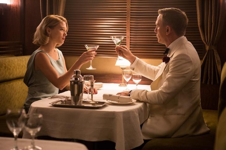 「007 スペクター」より、レア・セドゥ演じるマデレーン・スワン(左)と、ダニエル・クレイグ演じるジェームズ・ボンド(右)。