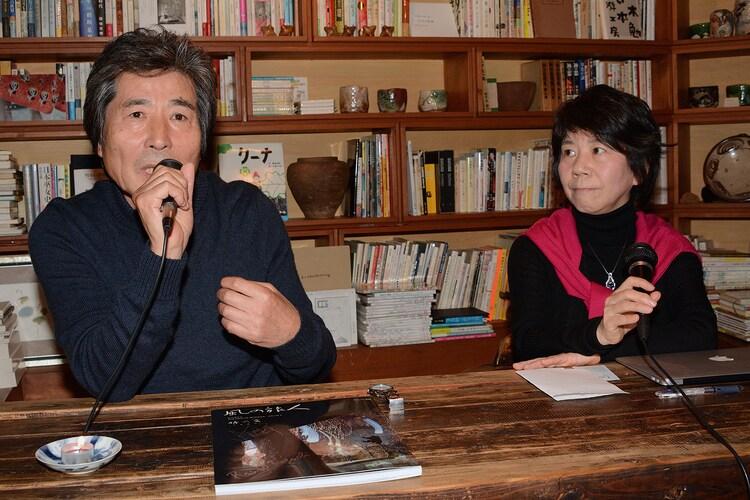 自身の監督作について丁寧に語る小栗康平(左)と、それを引き出す田口ランディ(右)。