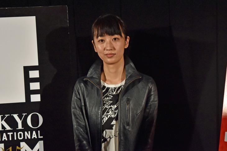 「俳優 亀岡拓次」のQ&Aに登壇した監督の横浜聡子。