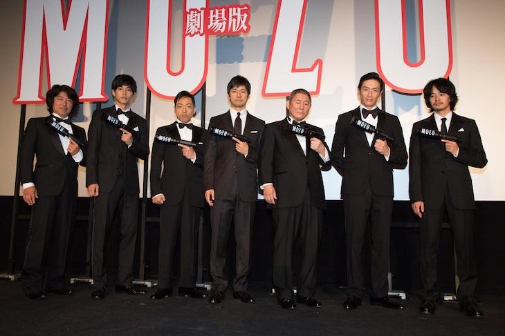 「劇場版 MOZU」舞台挨拶の様子。左から羽住英一郎、松坂桃李、香川照之、西島秀俊、ビートたけし、伊勢谷友介、池松壮亮。