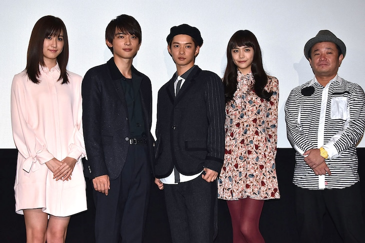 「通学シリーズ 通学電車」初日舞台挨拶の様子。左から阿部菜渚美、吉沢亮、千葉雄大、松井愛莉、川野浩司。