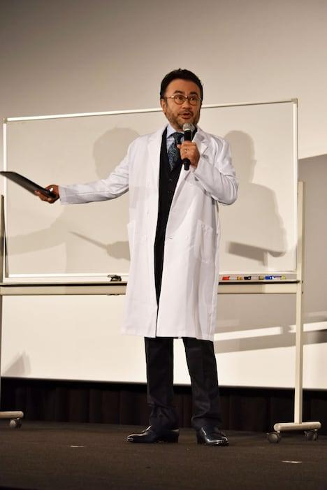 白衣を来て宇宙講座を始める三谷幸喜。