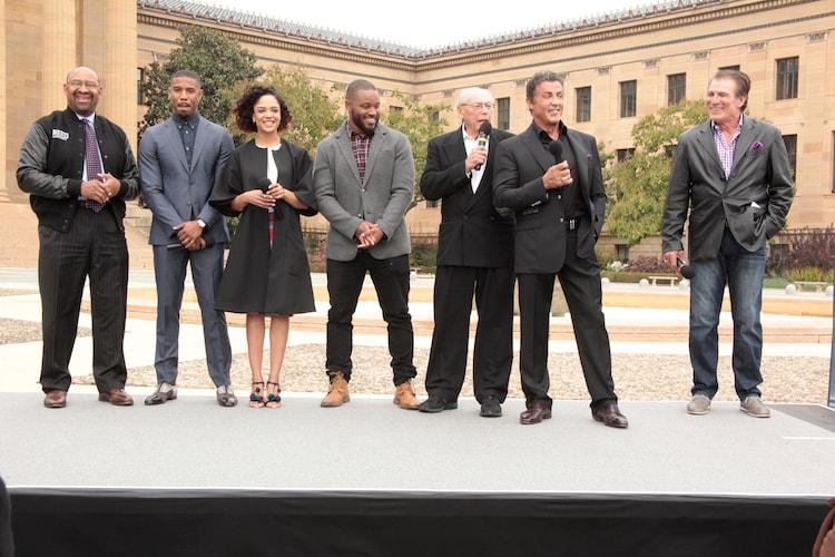 左からフィラデルフィア市長マイケル・ナッター、マイケル・B・ジョーダン、テッサ・トンプソン、ライアン・クーグラー、司会、シルヴェスター・スタローン、地元出身のスポーツ選手。