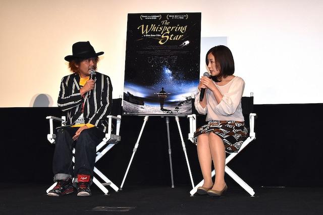 「ひそひそ星」Q&Aイベントの様子。左から園子温、神楽坂恵。
