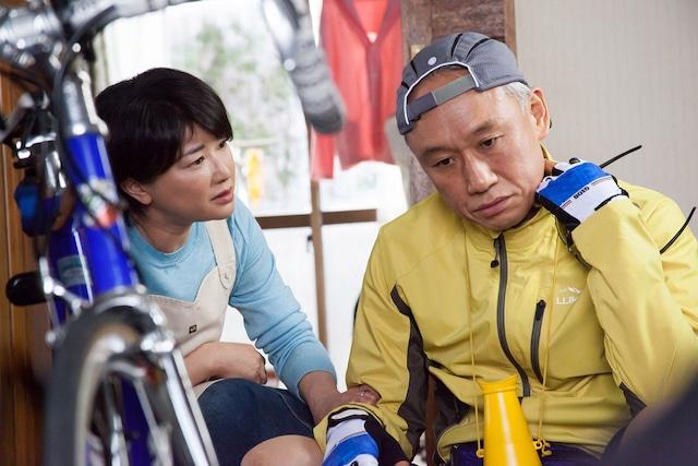 「家族はつらいよ」より、平田家の長男・幸之助を演じる西村雅彦(右)と、その妻・史枝を演じる夏川結衣(左)。(c)2016「家族はつらいよ」製作委員会